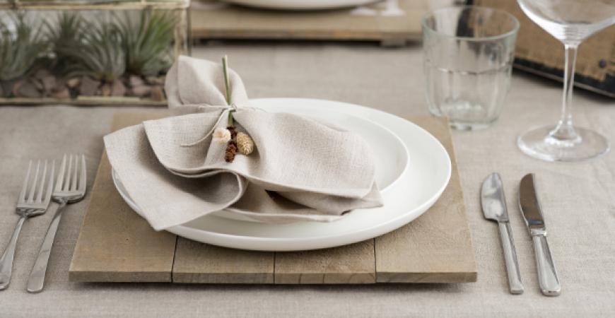 Come si apparecchia la tavola secondo il galateo crumbs - Posizione posate a tavola ...